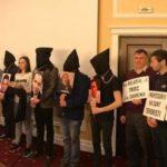 Учащиеся, с мешками на головах и с веревками на шее, протестовали против высылки турецких граждан