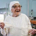 (FOTO) Алла Левушкина — старейший хирург России до сих пор проводит более сотни операций в год