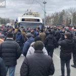 Протестующие перекрыли движение в центре столицы: образовались пробки.